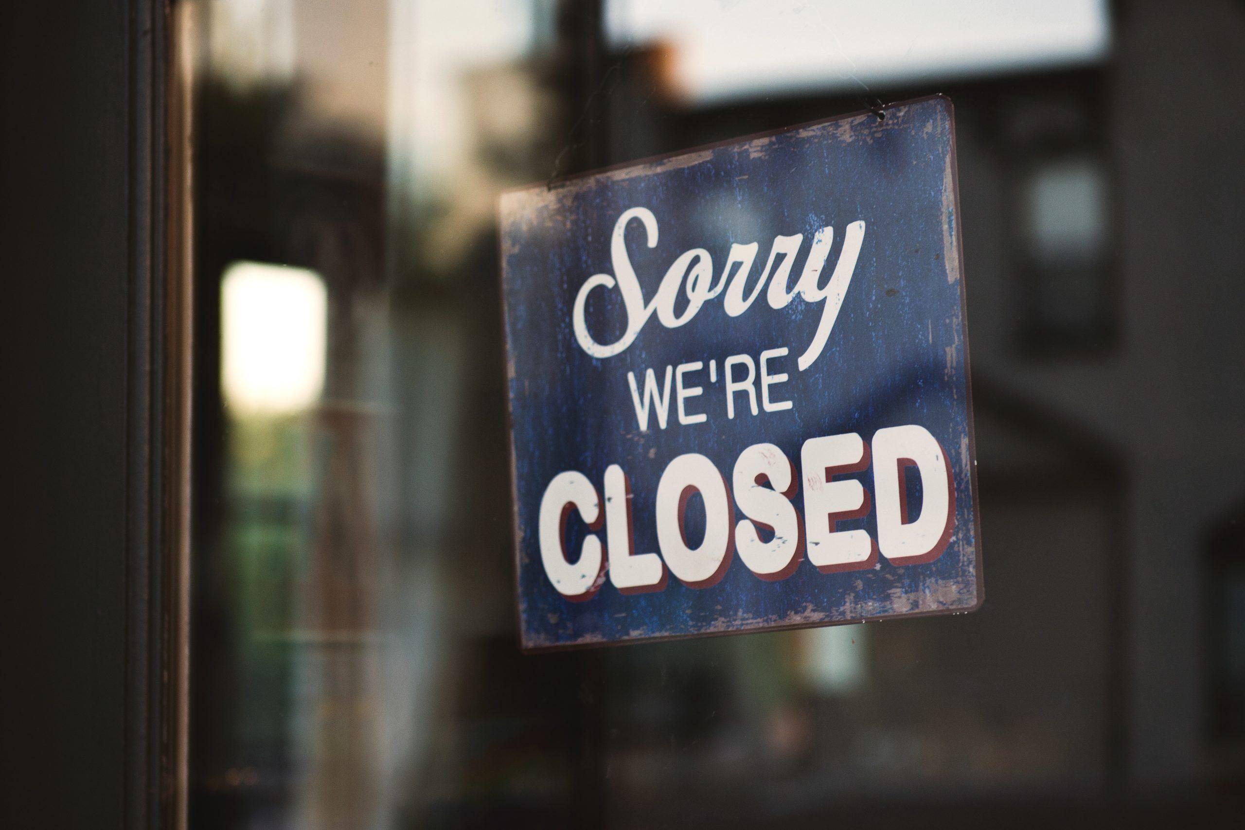"""Ein Schild mit der Aufschrift """"Sorry we're closed"""""""